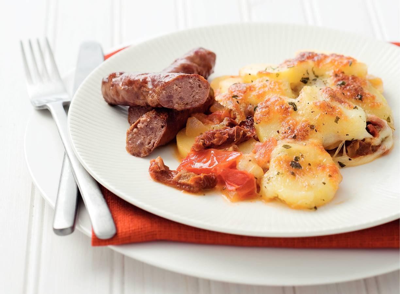 Italiaanse aardappelschotel met worstjes