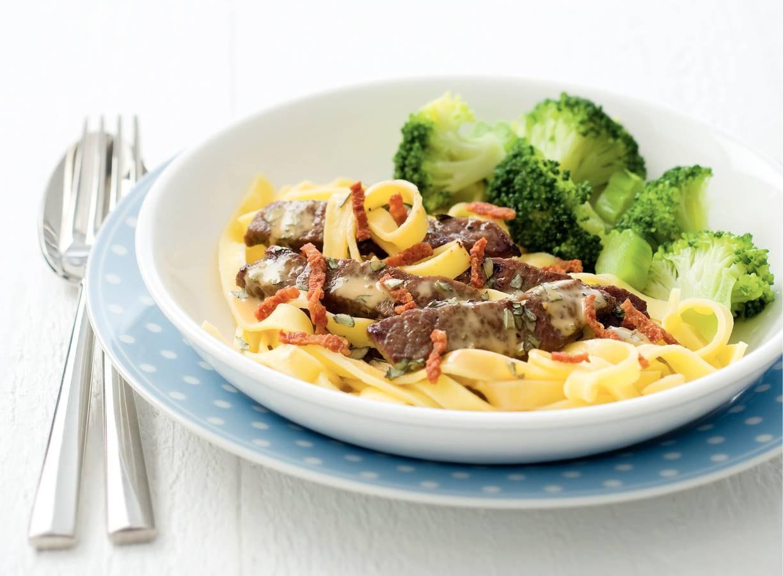 Tagliatelle met biefstukreepjes en broccoli
