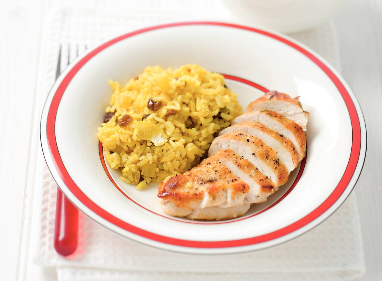 Kerrierijst met kipfilet en rozijnen