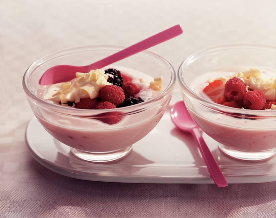 Roodfruitcoupe met witte-chocoladeroom