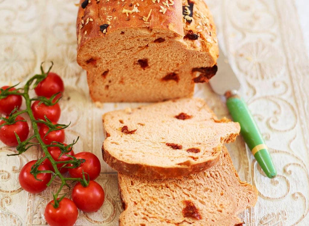 Zelfgemaakte tomatenbrood