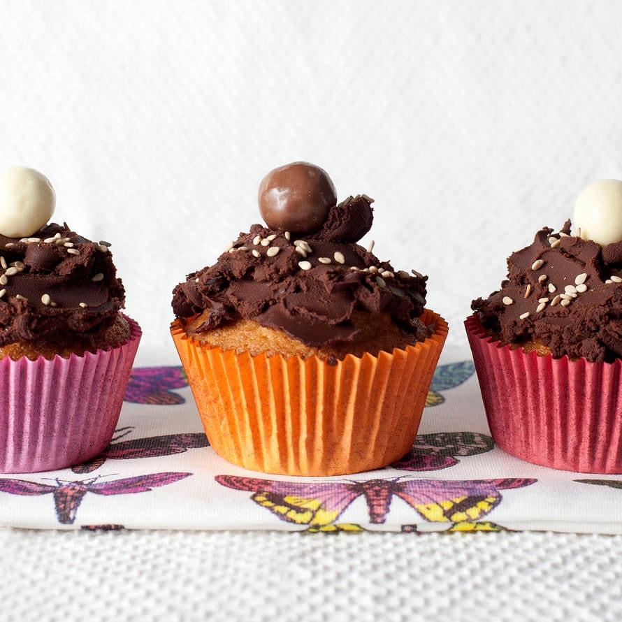 Rozijnen-sesamcupcakes met chocoladeganache