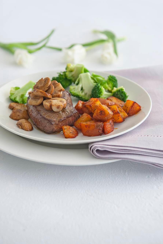 Patatas bravas met biefstuk en broccoli