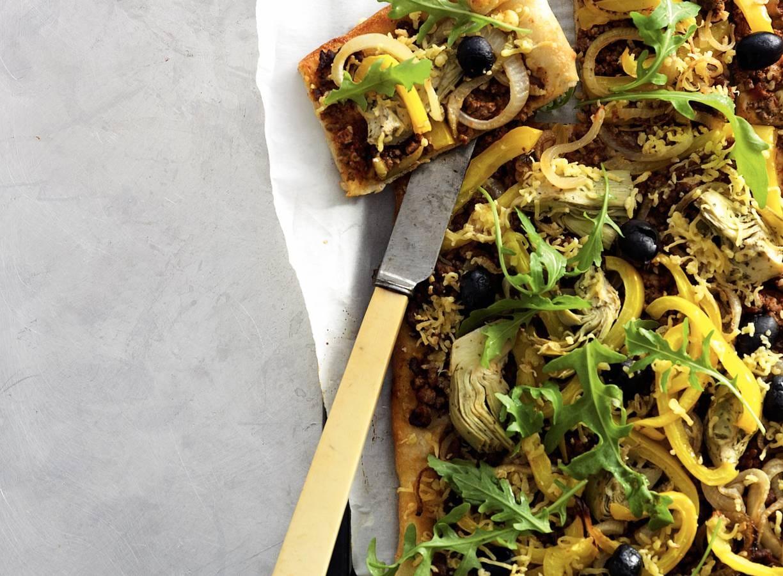 Pizza met gehakt en artisjokken