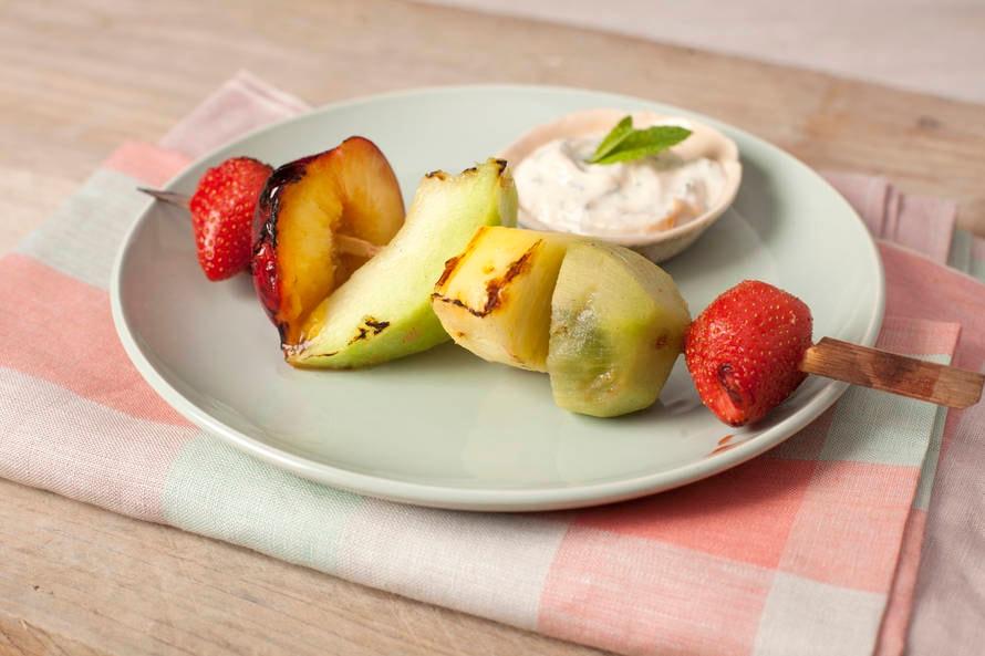Zomerfruitkebabs met abrikozen-yoghurtdip