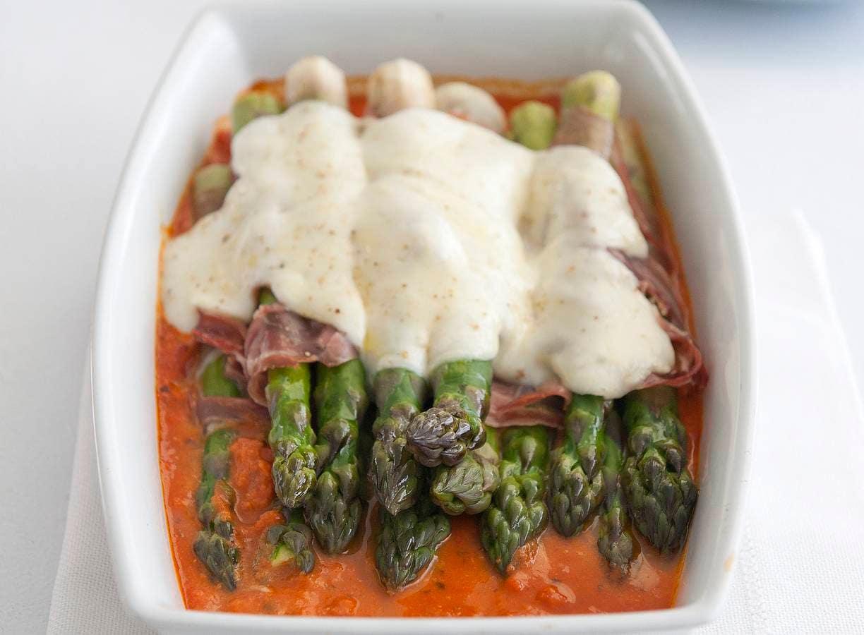Groene asperges met parmaham uit de oven