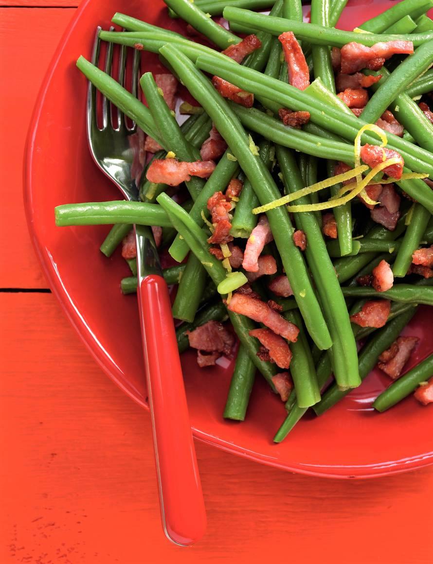 Lauwwarme salade van sperziebonen met spek-citroendressing