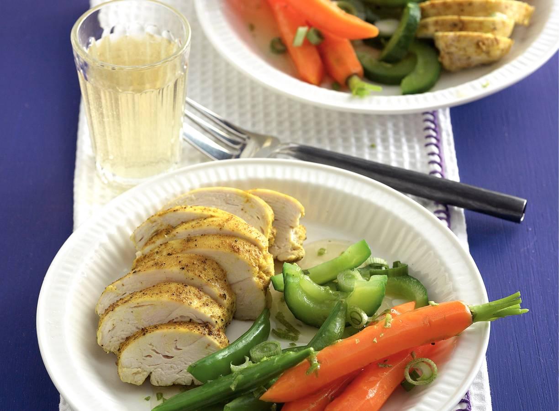 Gestoomde groenten en kipfilet met kerriedressing