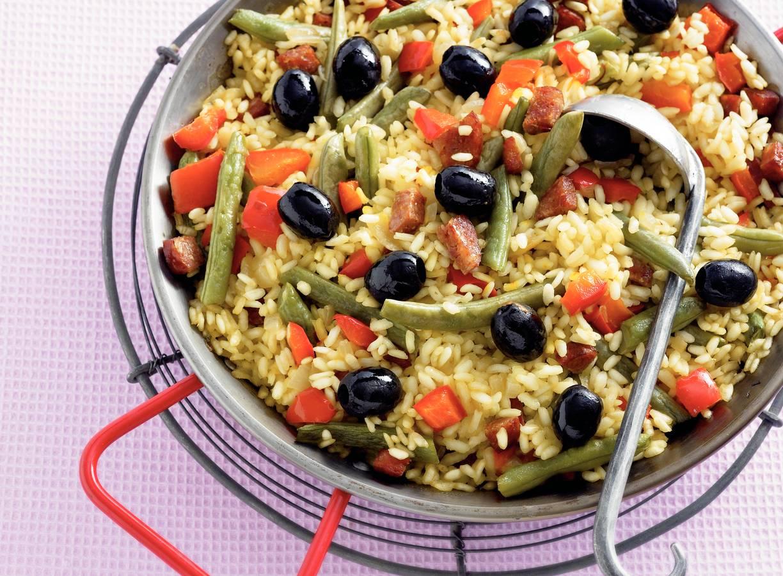 Uit-de-oven paella met chorizo, sperziebonen en olijven