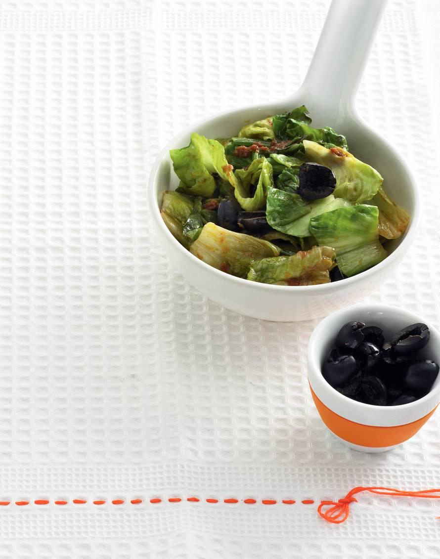 Andijvie met olijven en tomatentapenade
