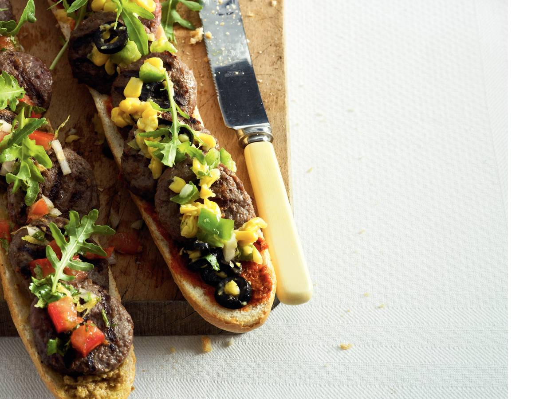 Stokbrood met hamburgertjes en salsa