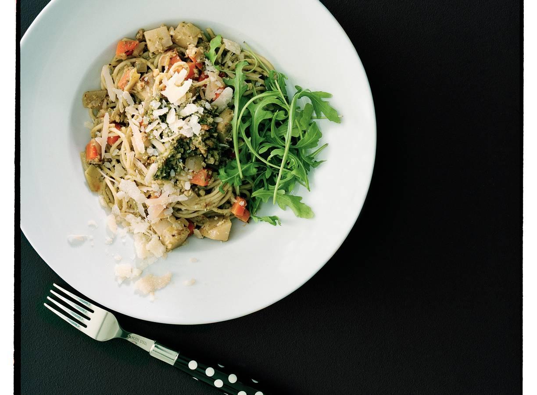 Spaghetti met walnotenpesto en wortelgroenten