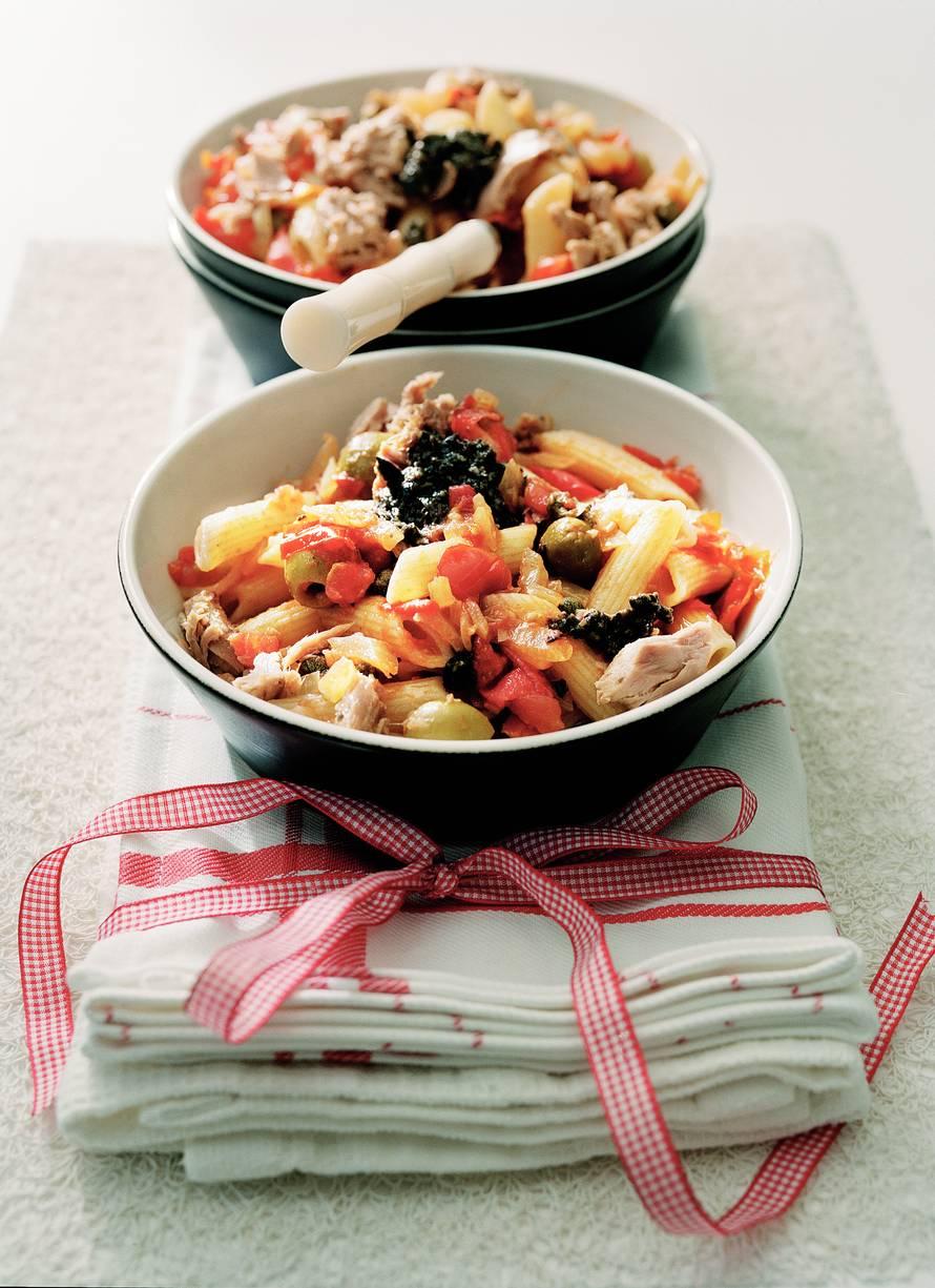 Penne met tonijn in tomaten-kappertjes