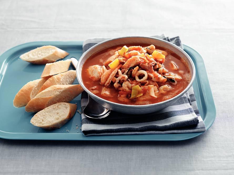 Spaanse vissoep met paprika en tomaat