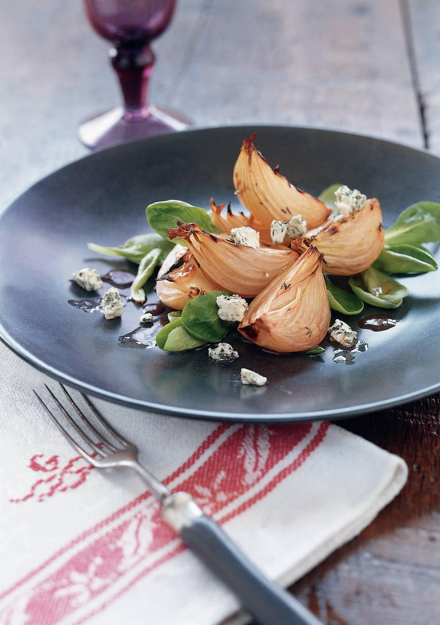Salade met geroosterde uien en blauwe kaas