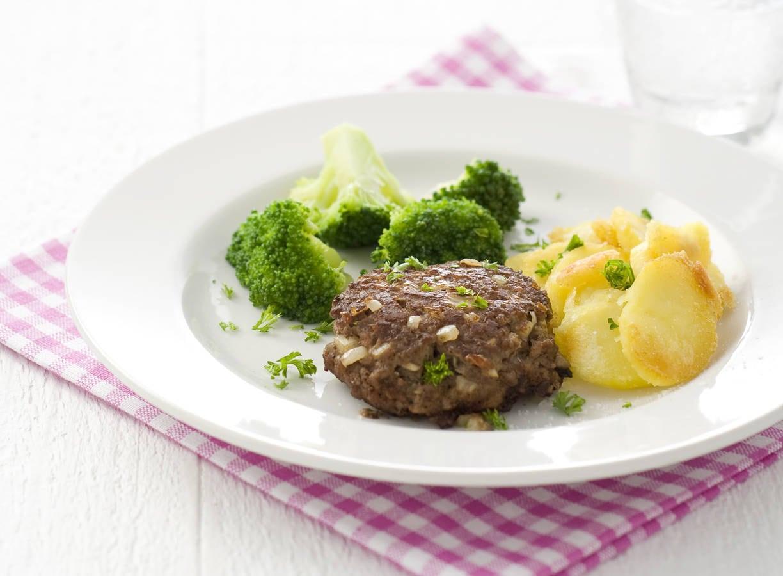 Hamburgers met gebakken aardappelen en broccoli