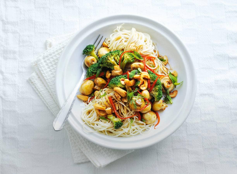 Noedels met broccoli en cashewnoten