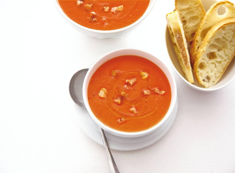 Italiaanse tomatensoep met croutons en spekjes