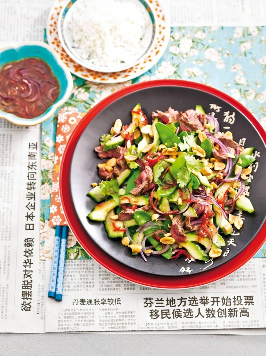 Thaise salade met biefstuk, rijst en pinda's