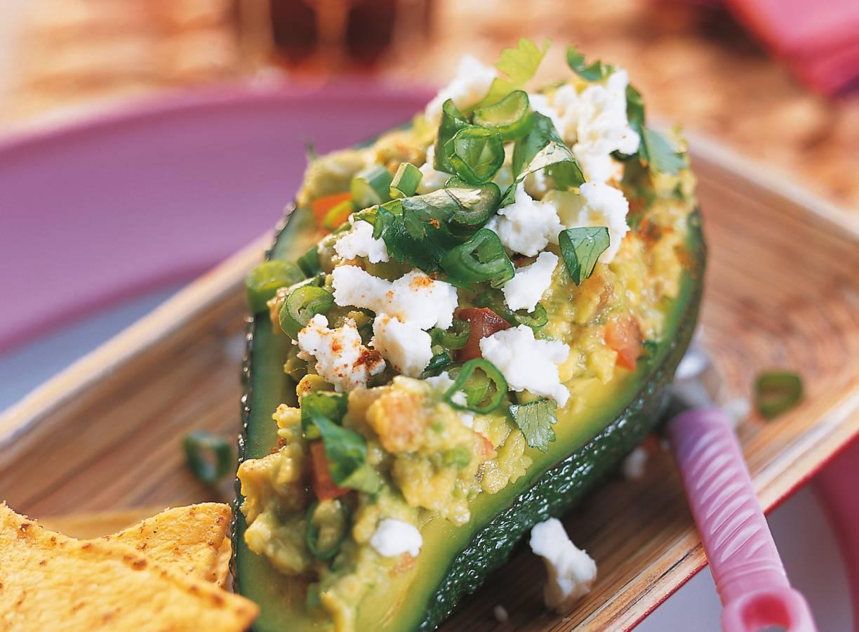 Guacamole met witte kaas in een avocado