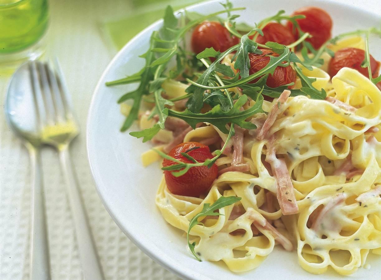 Pasta carbonara met rucola en tomaatjes