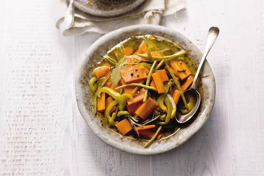 Groenten met laurier, kruidnagel en peper op zuur