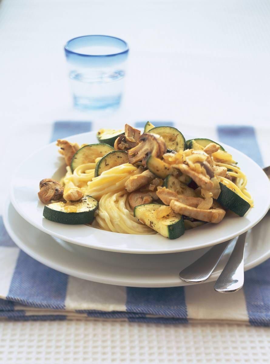 Pasta met kip, courgette en champignons