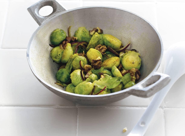 Roergebakken spruiten met walnoten
