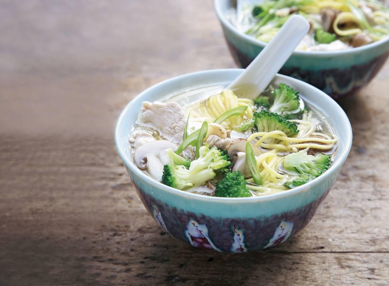 Oosterse soep met champignons en broccoli