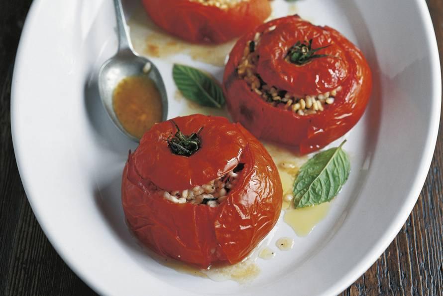 Antonio Carluccio's gevulde tomaten uit de oven