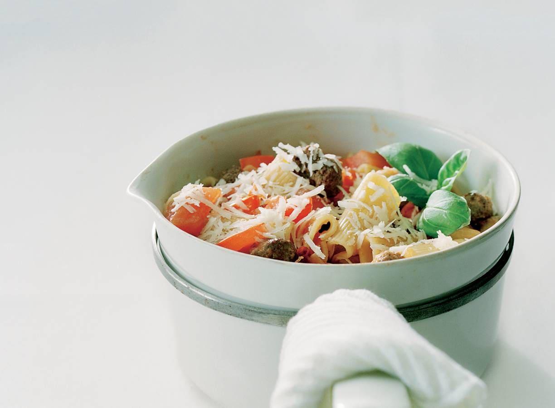 Rigatoni met pittige tomatensaus en minigehaktballetjes