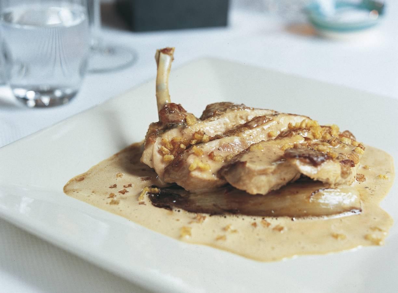 Suprème van scharrelkip met gekarameliseerde witlof, krokante aardappel en truffelsaus