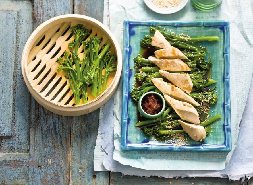 Aspergebroccoli met  sesam & gepocheerde kip met sambal