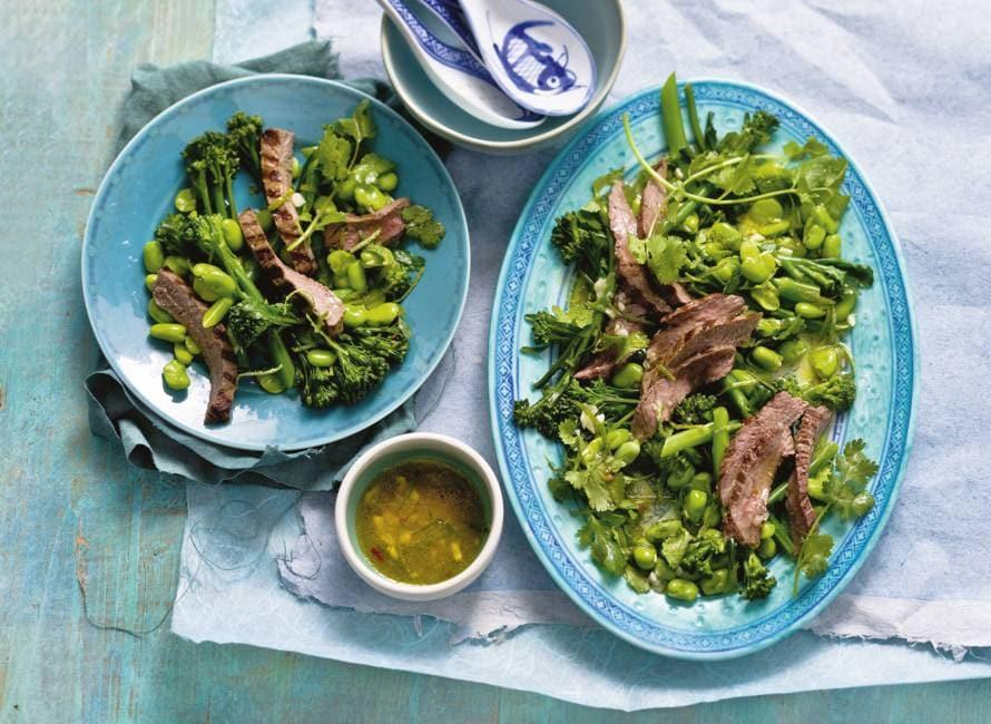 Thaise salade met rundvlees, tuinbonen en aspergebroccoli