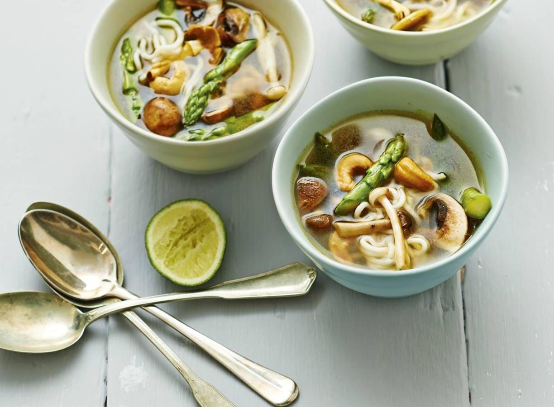 Noedelsoep met asperges en noten