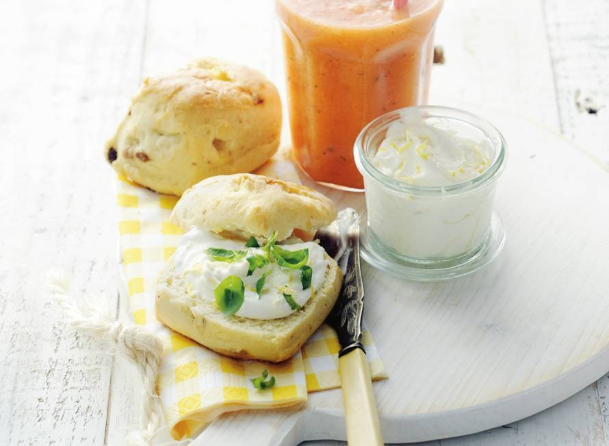 Scones met citroenroomkaas & smoothie