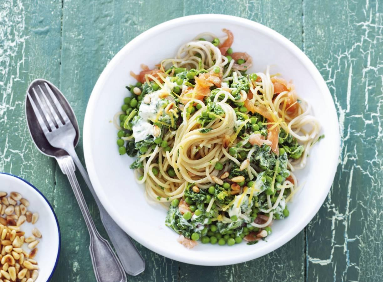 Spaghetti met erwten, spinazie en zalm