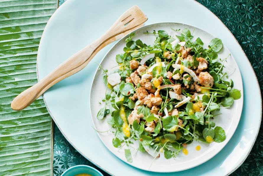 Waterkerssalade met kokos en kip