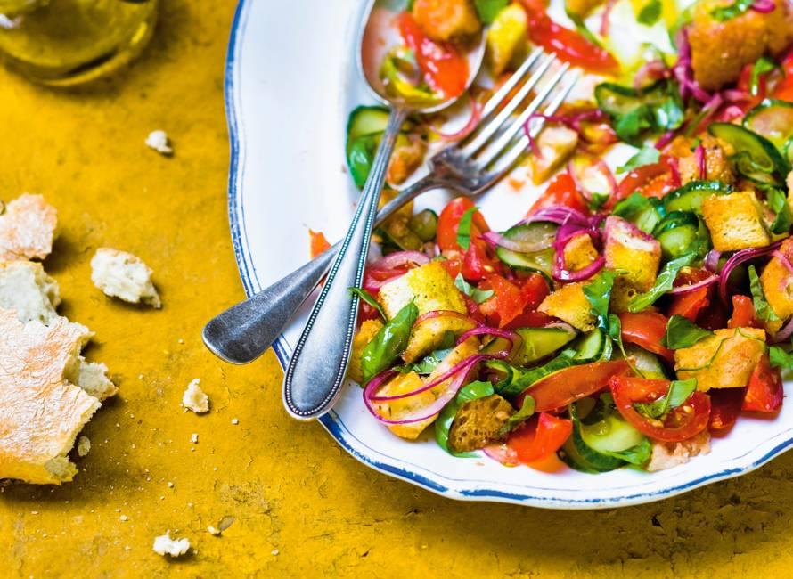 Salade met brood en komkommer