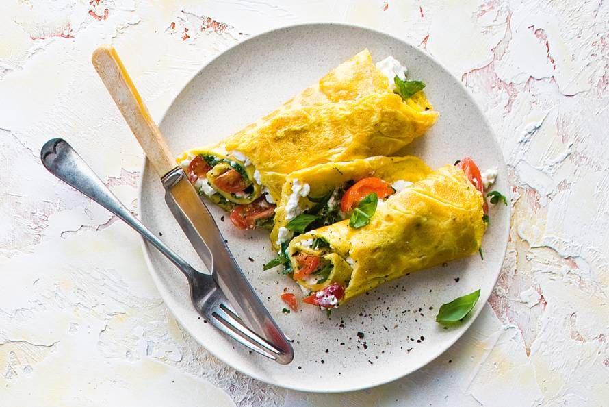 Omelet met hüttenkäse en basilicum