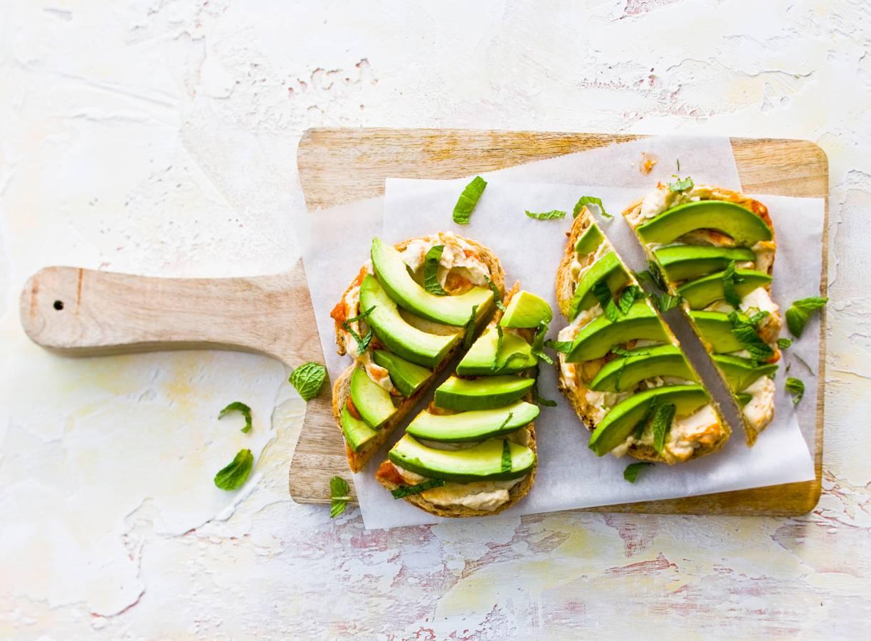 Avocado en hummus op brood