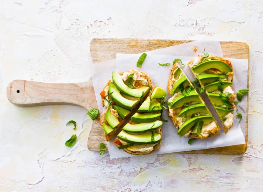 Meergranenbrood met hummus en avocado