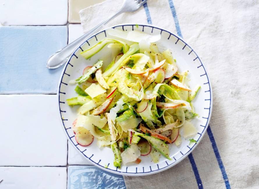 Salade van dungeschaafde witte en groene asperges