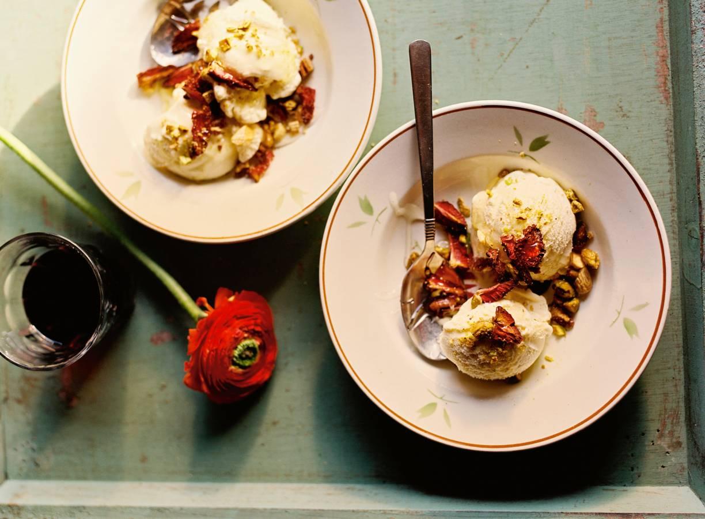 Vanille-ijs met gedroogde aardbeien