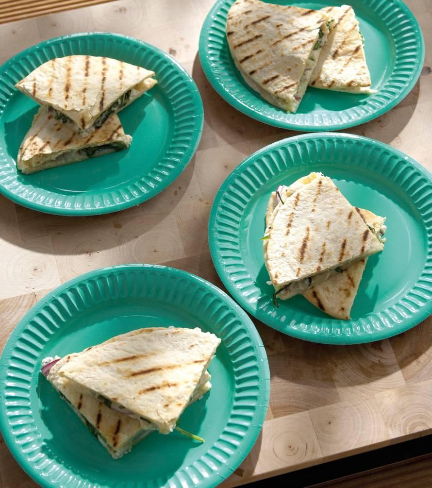 Quesadilla met drie kazen en rucola