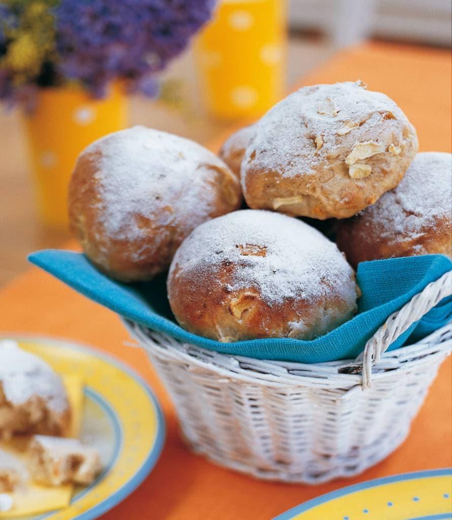 Zoete appel-abrikozenbroodjes