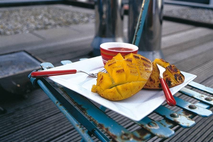 Gegrilde mango met aardbeien-gemberdip
