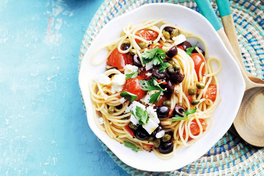 Spaghetti alla puttanesca met witte kaasblokjes
