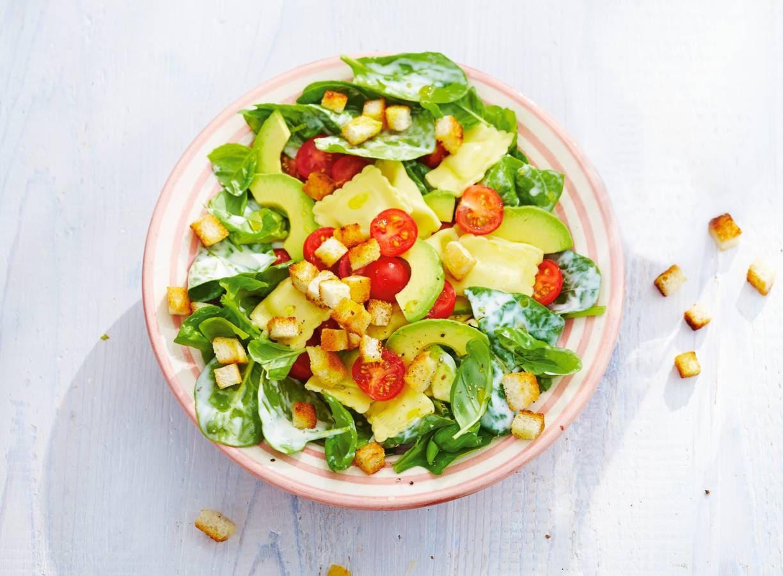 Spinaziesalade met pasta en avocado