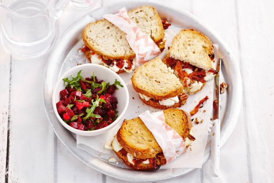 Tosti geitenkaas-tomaat met bietjessalade